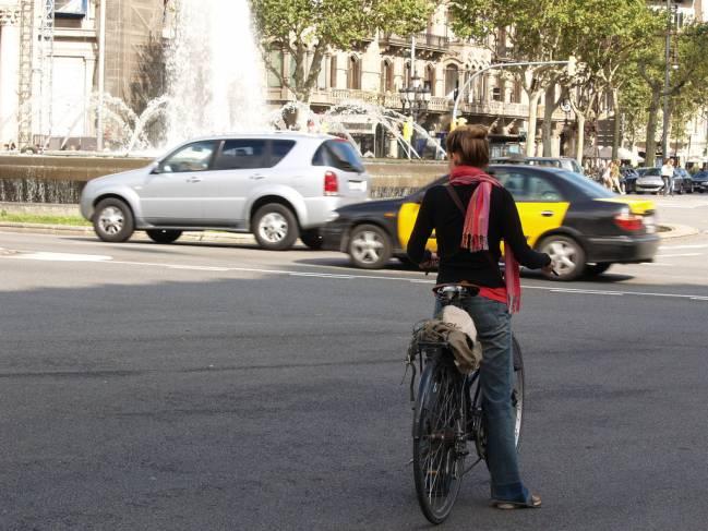 Una ciclista por las calles de Barcelona / JH de Rojas