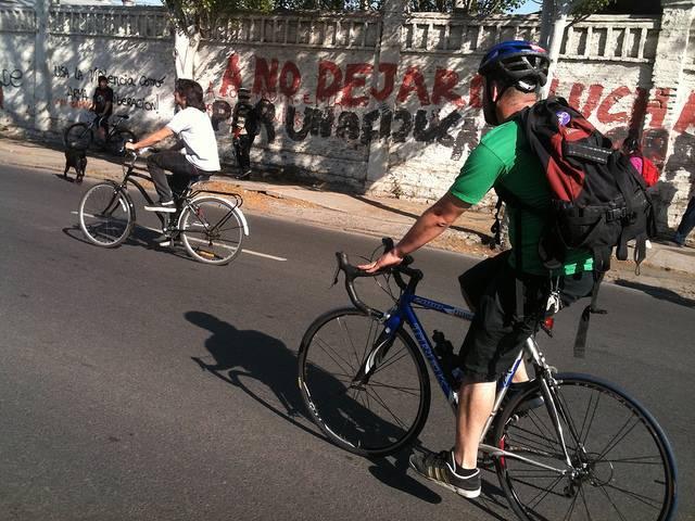 dos ciclistas varones por la carretera