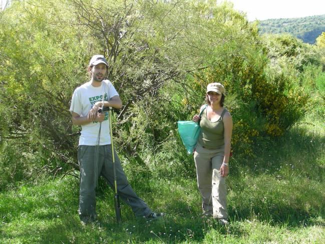 Josu González, junto a otra investigadora en una salida de campo