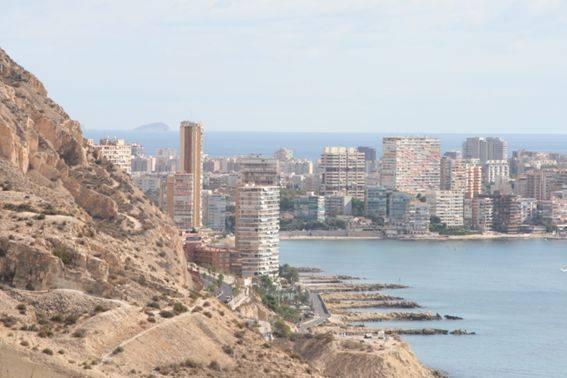 Imagen de la costa y sus edificios. Alicante.