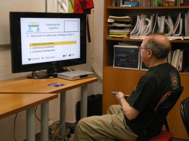 Paciente de Parkinson utilizando la aplicación de estimulación cognitiva en la Asociación de Parkinson de Madrid. Foto: Carolina García Vázquez.