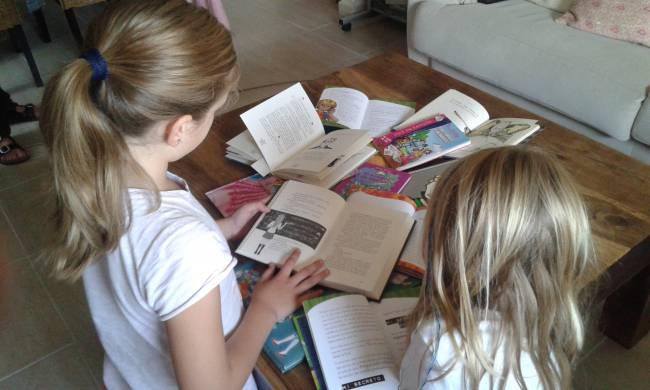 Imagen de escolares leyendo / Fundación Descubre