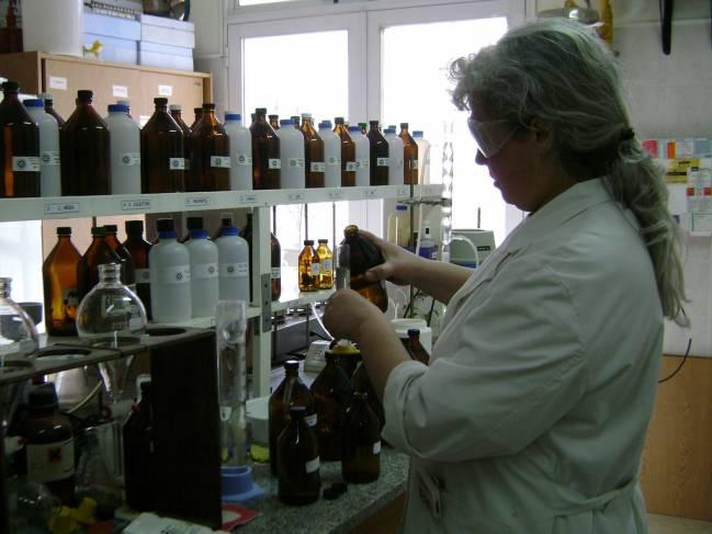 Investigadora trabajando en un laboratorio