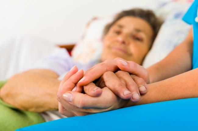 La estructura familiar sigue siendo el principal soporte de las personas con alzhéimer. / Fotolia