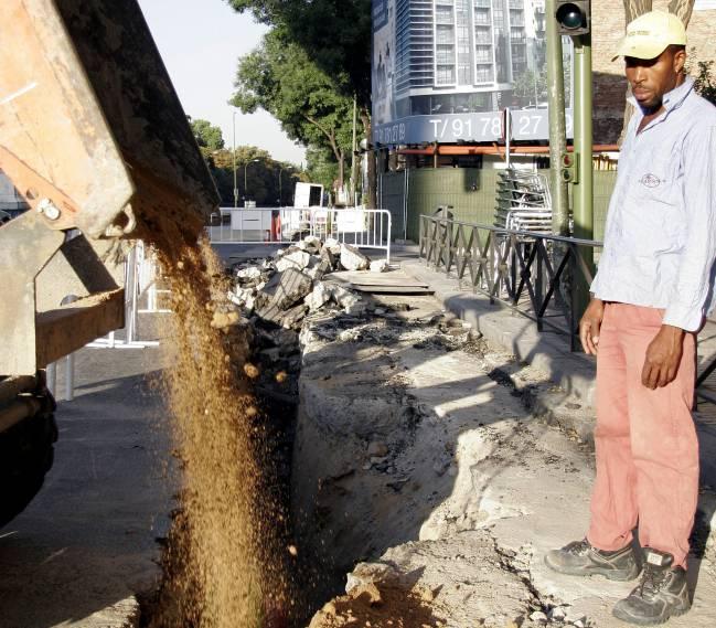 Inmigrante trabaja en una obra de Madrid. / SINC