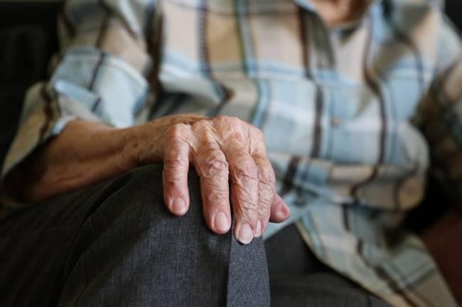Plano detalle de la mano de una persona mayor de 60 años