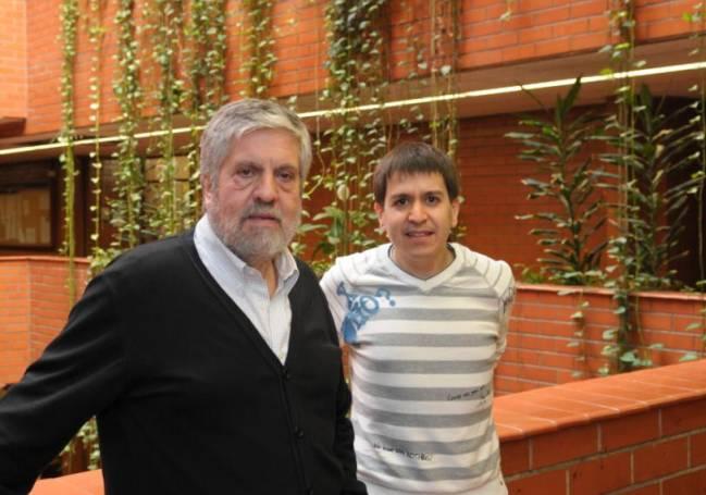 De izquierda a derecha, los investigadores Adolfo de Sostoa y Alberto Maceda en la Facultad de Biología de la UB.