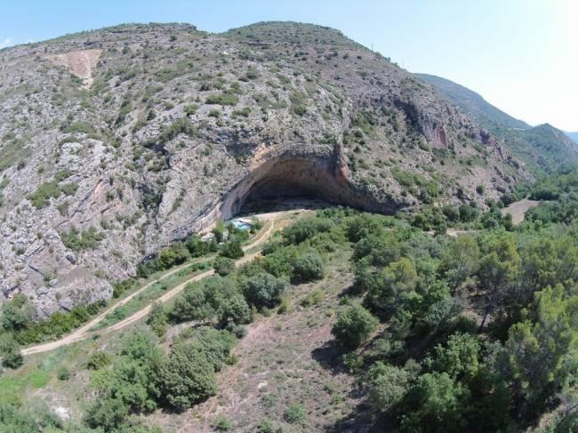 Vista general del yacimiento de Cova Gran (Les Avellanes-Santa Linya, Noguera, Lleida).