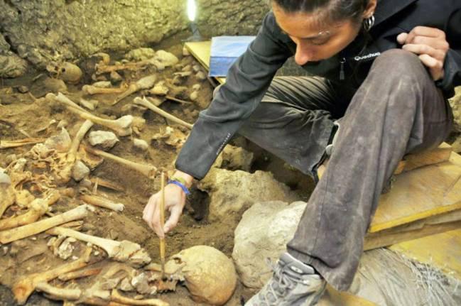 Trabajos de excavación en la cueva El Mirador, con la arqueóloga Elena Moreno al frente. / IPHES