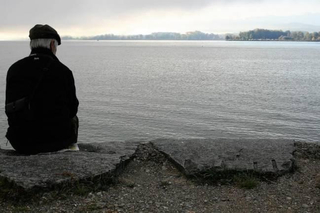 Hombre anciano mirando al horizonte