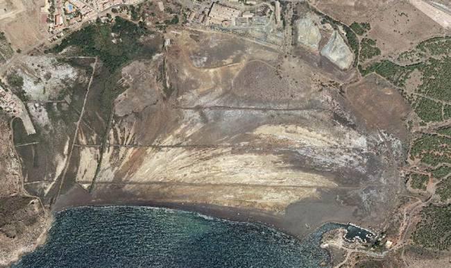 La bahía de Portmán vista desde al aire. En la imagen se aprecian las huellas de la actividad minera. / Grupo de Contaminación de Suelos – Universidad de Murcia.