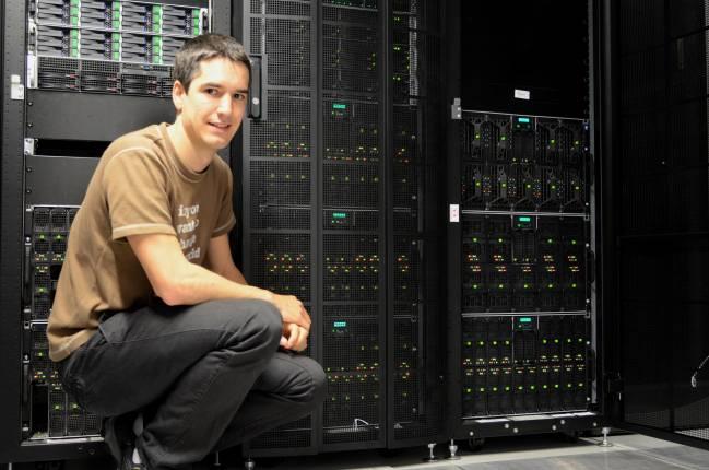 Joseba Alberdi junto a la supercomputadora del grupo Nano-Bio Spectroscopy