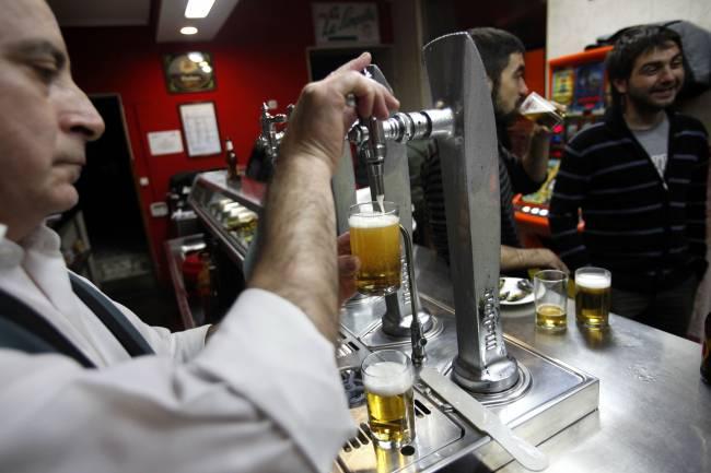 camarero sirviendo cerveza