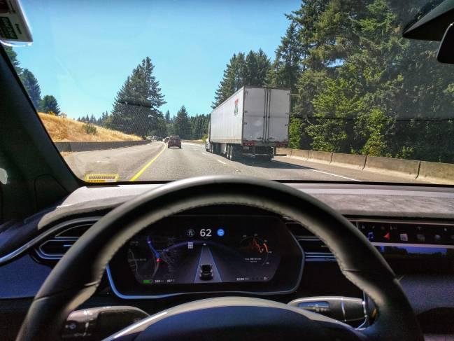 visión del exterior de un coche por la carretera