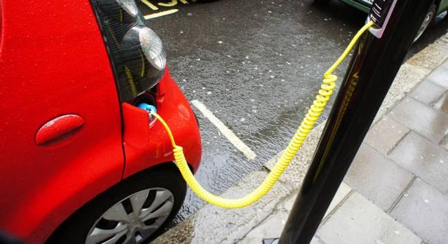 El modelo contempla medidas para financiar los puntos de carga de los vehículos eléctricos / Rosapolis (CC BY-NC-SA 2.0).