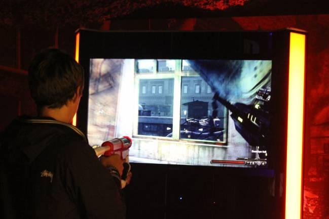 Un aficionado se divierte con un videojuego de acción. / PS3 Attitude