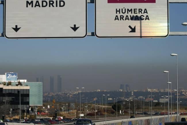 Vista desde Pozuelo de la ciudad de Madrid, en la que se aprecia la nube de contaminación que cubre la capital española. / Efe