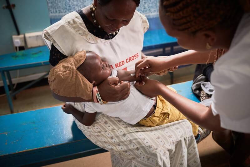 vacunación en un centro sanitario de Kenia