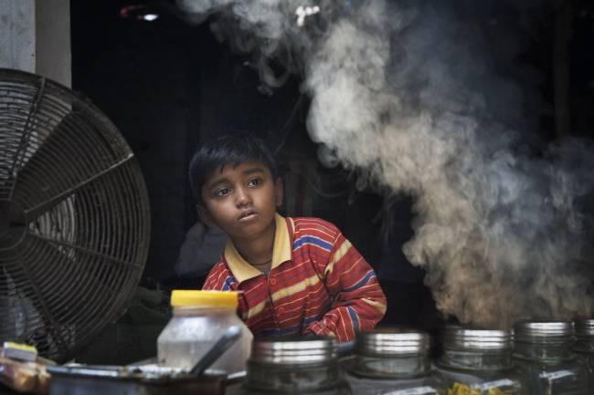 Niño en una zona con aire contaminado