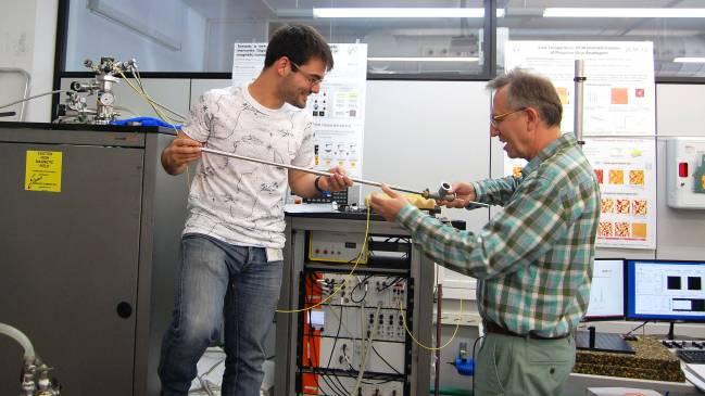 Coronado y Mañas en el laboratorio