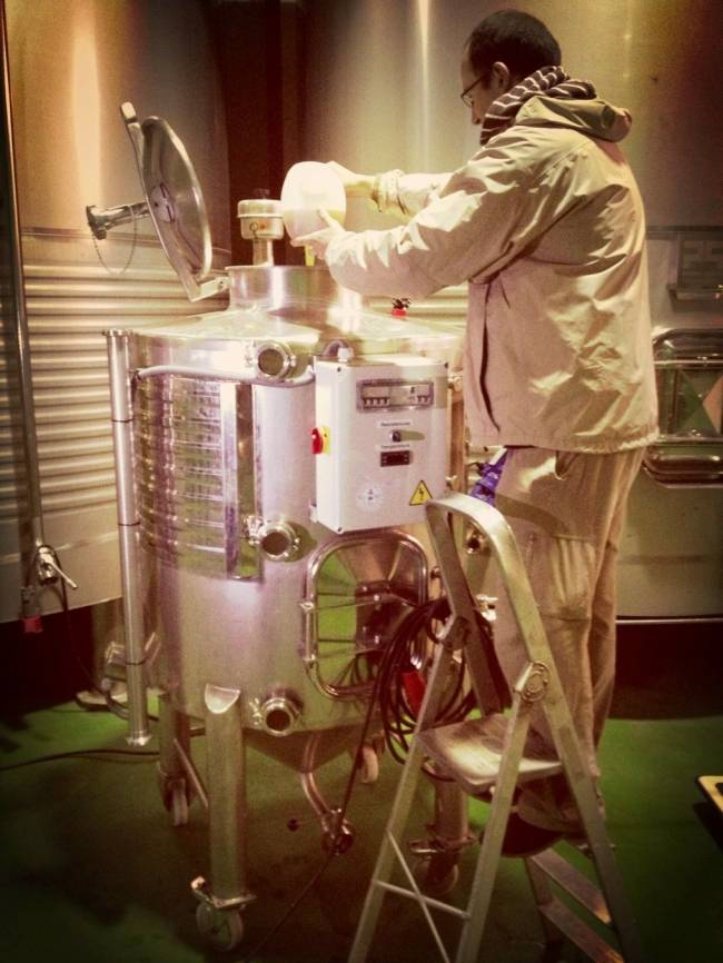 Preparación de la levadura en un fermentador diseñado por el grupo enotecUPM y Bodegas Comenge. Fuente: UPM.