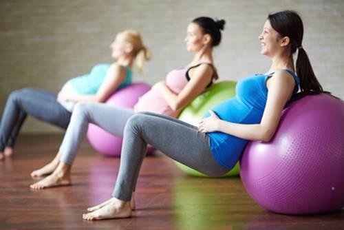 mujeres embarazadas haciendo pilates