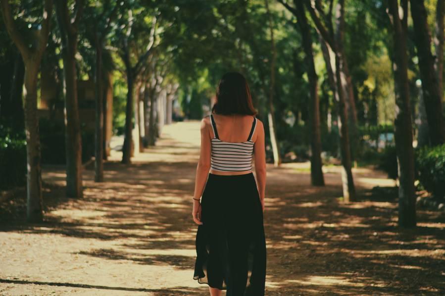 Mujer andando en un parque