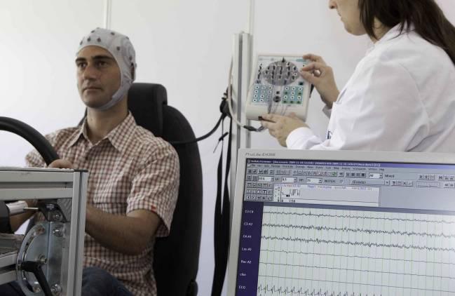 Prueba de conducta de un usuario al volante en un simulador de automoción del Instituto de Biomecánica.
