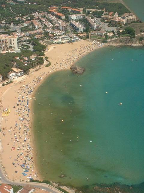 Foto aérea de de una mancha producida por la proliferación de algas, en la Costa Brava. Autor: Jordi Camp, CSIC