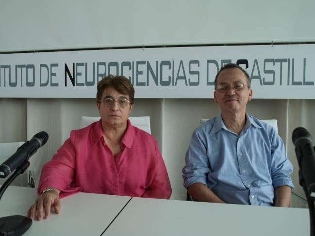 La investigadora del Incyl Raquel Rodríguez y el neurólogo norteamericano Ping Yee Law.