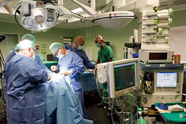 Sesión quirúrgica con neuromonitorización durante la celebración del 'I Curso de Actualización de Cirugía Endocrina Cervical' celebrado en el Hospital Universitario Ntra. Sra. de Candelaria, en Tenerife.
