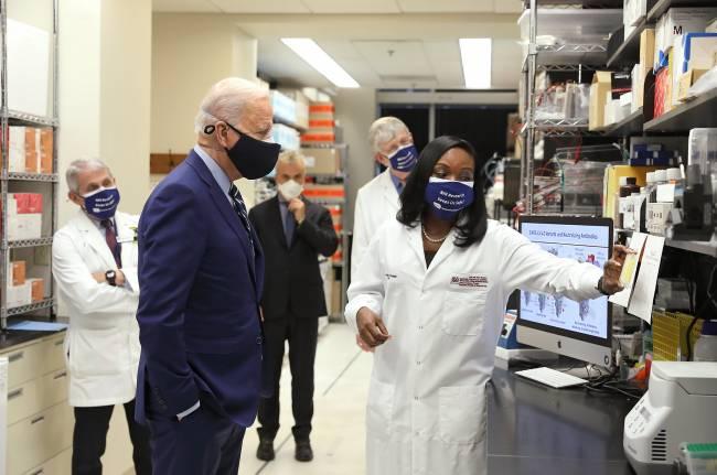 Visita Biden al centro de investigación en vacunas de los NIH
