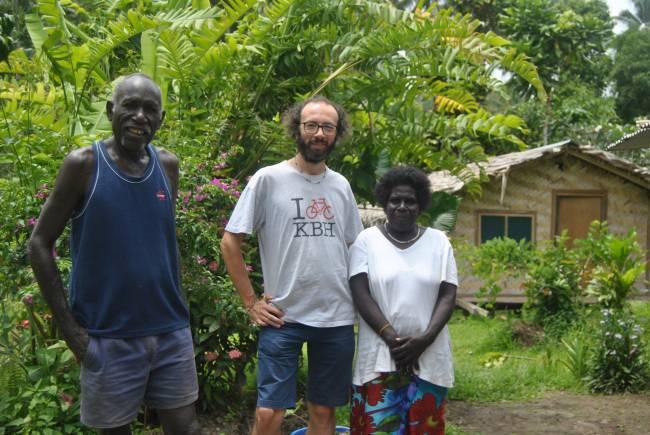 El investigador Gianluca Grimalda con diversos miembros con liderazgo social en la comunidad analizada en Papúa Nueva Guinea. UJI.