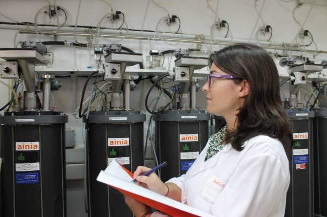Técnico de AINIA en planta piloto de biogás