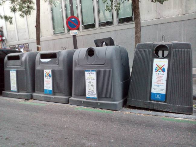 Contenedores para la recogida de distintos tipos de residuos en Madrid. Fuente: UCC-UPM.
