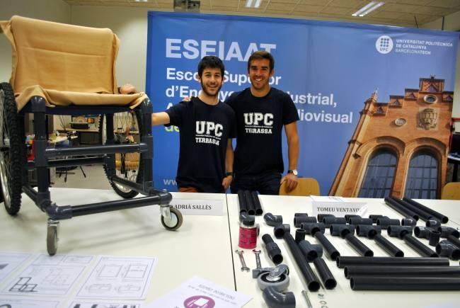 Los estudiantes Adrià Sallés y Bernat Vila, con la silla de ruedas 'DIY Wheelchair'.