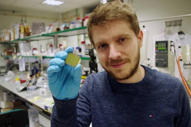 El investigador Miguel Anaya con una de las celdas
