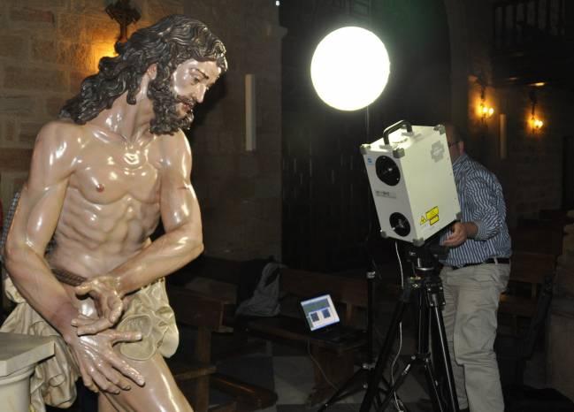 Los científicos escaneando la talla de Nuestro Padre Jesús de la Columna de Linares (Jaén) .