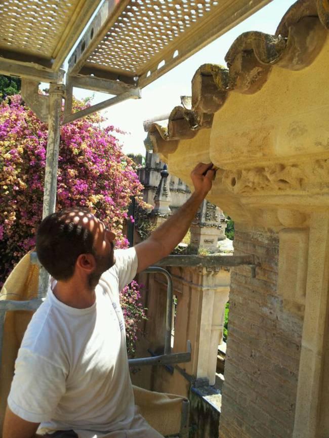 Un restaurador trabaja sobre la fachada del ayuntamiento de Sevilla / Fundación Descubre
