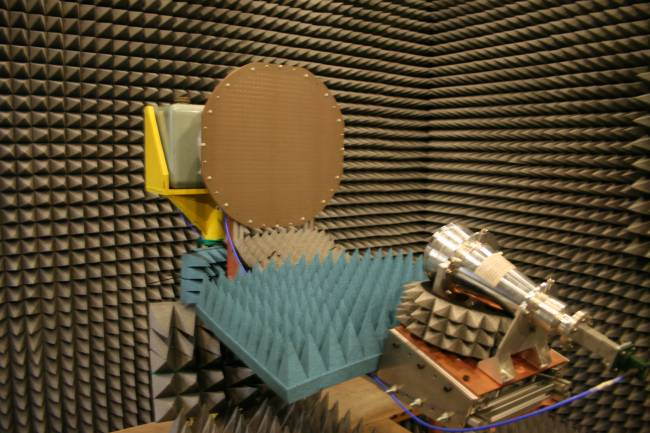 Antena Reflectarray en la cámara anecoica de la Facultad de Física de la US