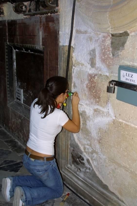 Muestreo de sales en el Monasterio de San Jerónimo (Granada). Foto: UGR.