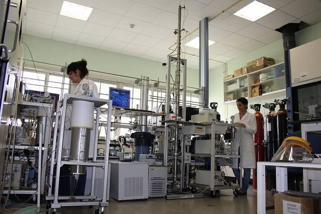 Investigadores de la UCA en el laboratorio donde se ha desarrollado la escala piloto del proyecto