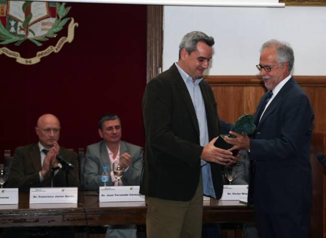 """El doctor Cruz Miguel Cendán Martínez, miembro del grupo de investigación """"CTS-109-Neurofarmacología del dolor"""" de la UGR,  recoge el premio otorgado por la Sociedad Española del Dolor (SED)."""