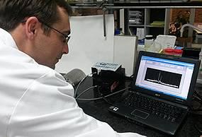 Técnico de AINIA junto con equipo de clasificación del aceite de oliva