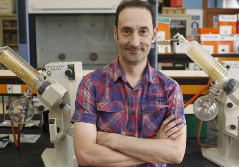 Enrique Gómez en su laboratorio.