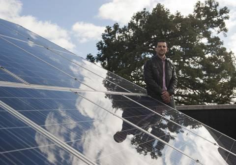 Óscar Barambones junto a los paneles solares de la Escuela de Ingeniería de Vitoria-Gasteiz.