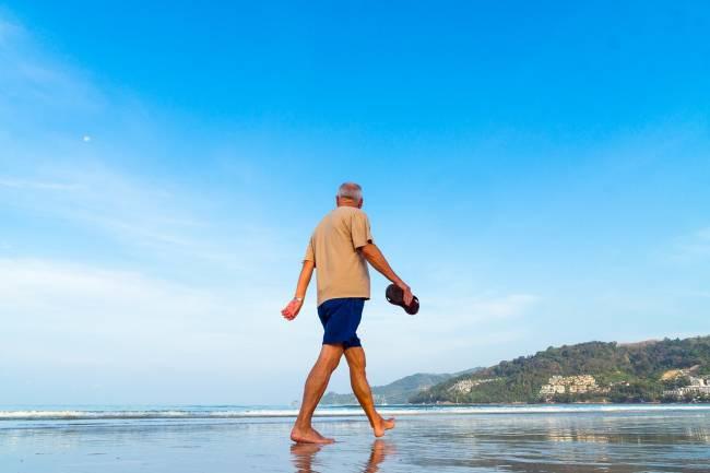 hombre pasea playa