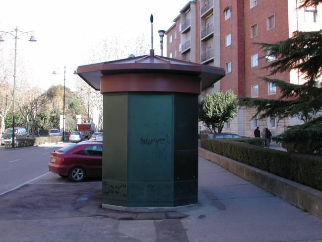 El dispositivo desarrollado en la UGR, colocado en un kiosco.