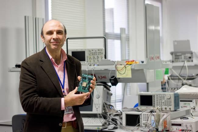 Antonio J. Acosta, investigador de la US en el proyecto europeo Moby Dic,sosteniendo la placa de test del circuito PWAG en el laboratorio del IMSE