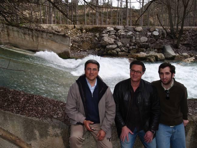 Los tres inventores de la Universidad de Granada: Fernando Delgado Ramos, José Antonio Moreno Pérez y Manuel Nuñez de Castro, con el río Castril al fondo.